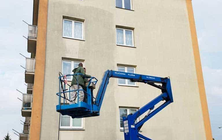 čištění fasády a protiplísňový nátěr panelového domu